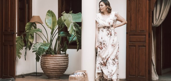 Anna Curve Im Blumenkleid als Gast auf einer Hochzeit file name