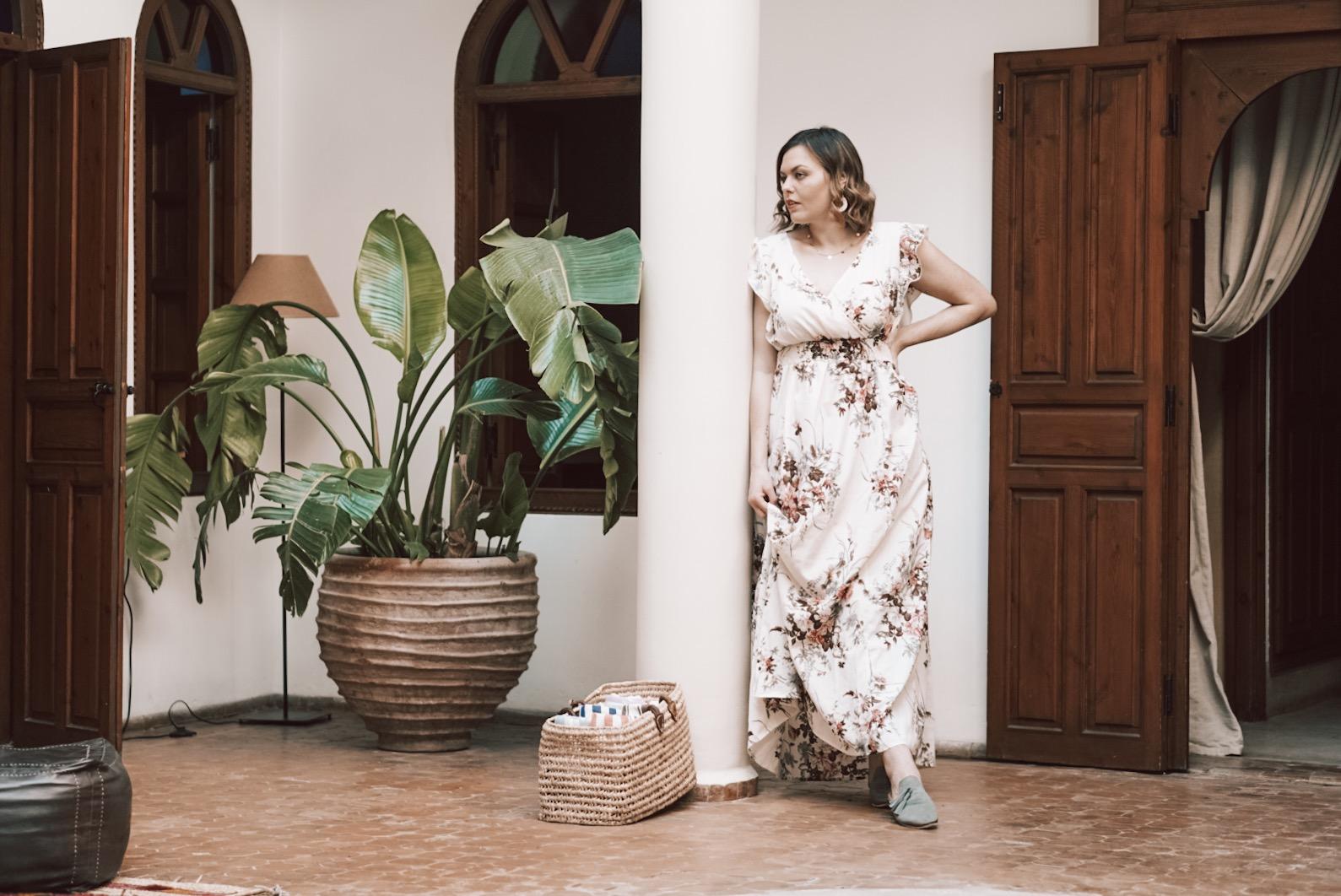 Im Blumenkleid als Gast auf einer Hochzeit